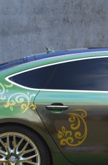 Auto mit grüner Lackierung und getönten Scheiben